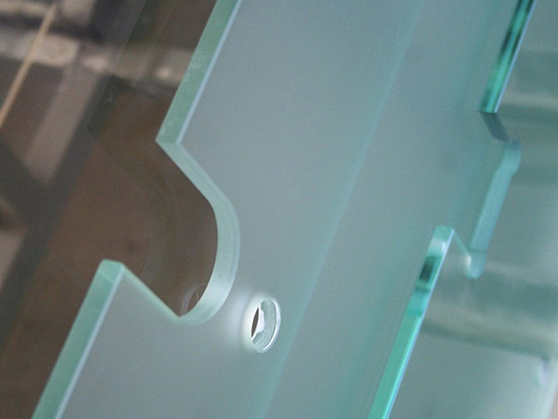 Вырезы в стекле под фурнитуру