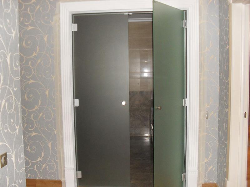 Стеклянные межкомнатные двери распашные