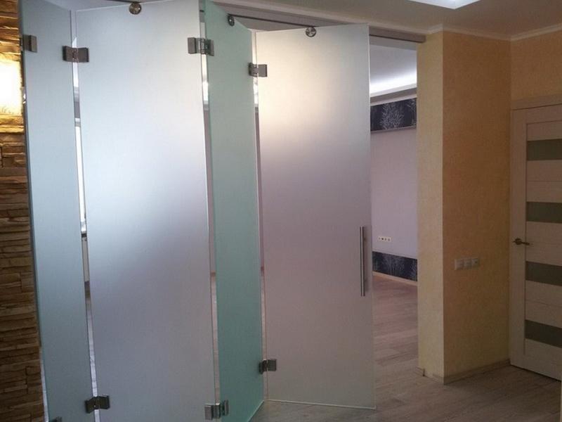 Стеклянные межкомнатные двери гармошка