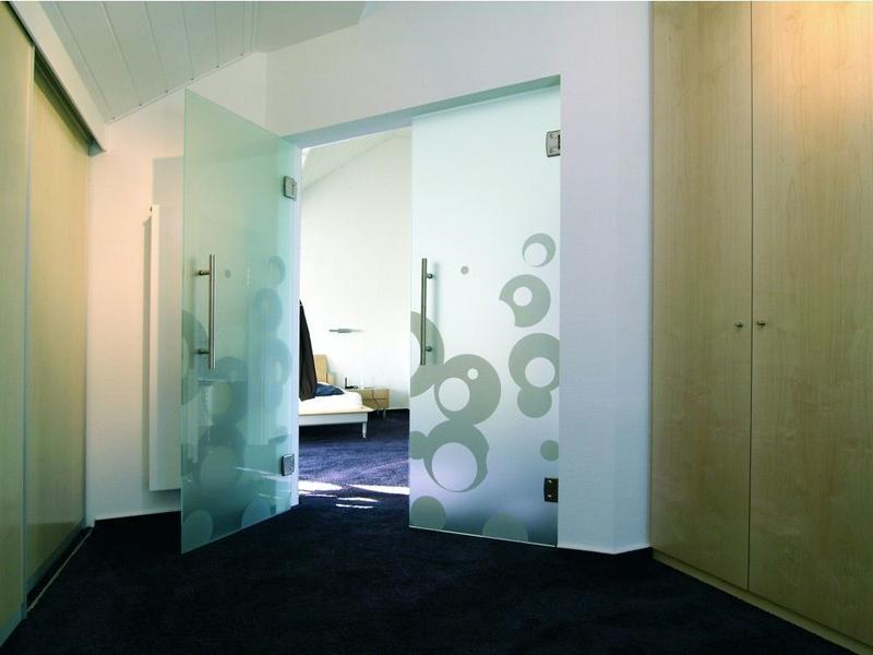 Двери стеклянные двустворчатые распашные