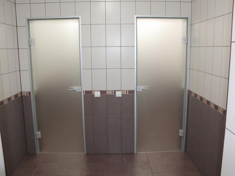 Матовые стеклянные распашные двери