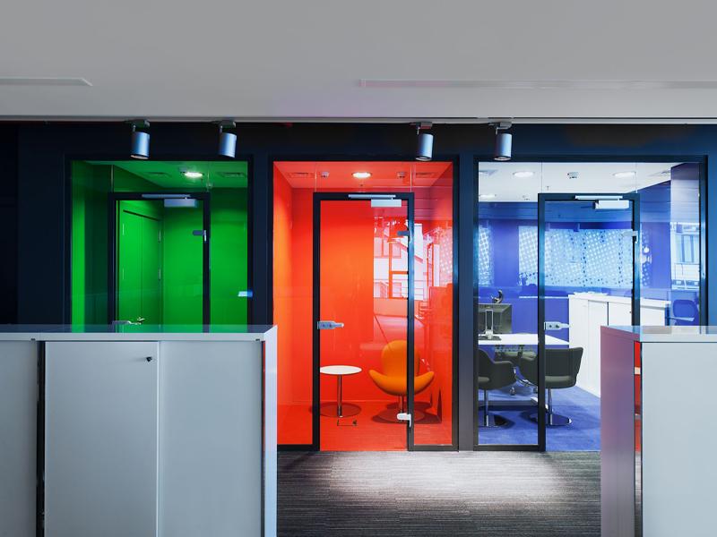 Распашные стеклянные двери цветные