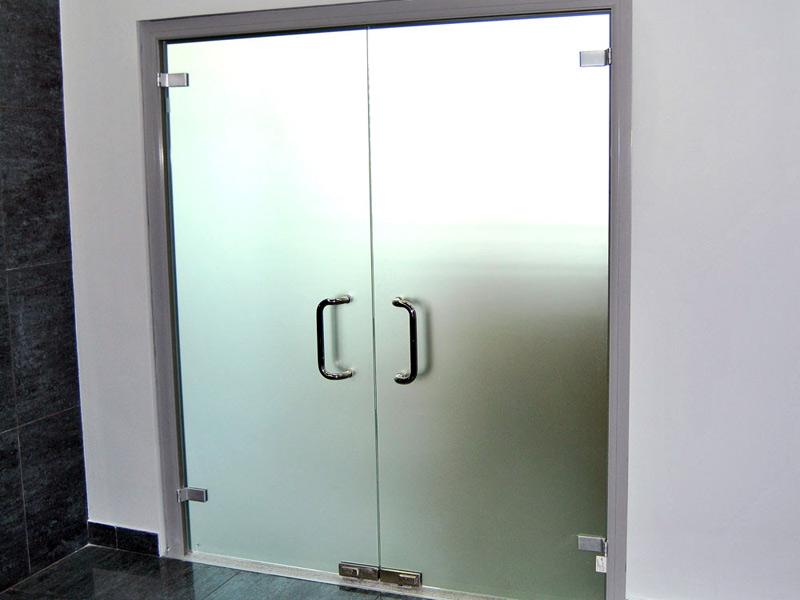 Распашные стеклянные двери матовые