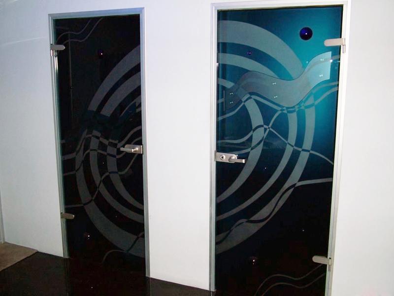 Распашные стеклянные двери с рисунком
