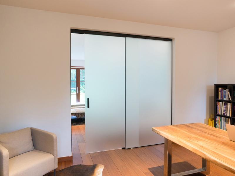 Раздвижные двери стеклянные в комнате