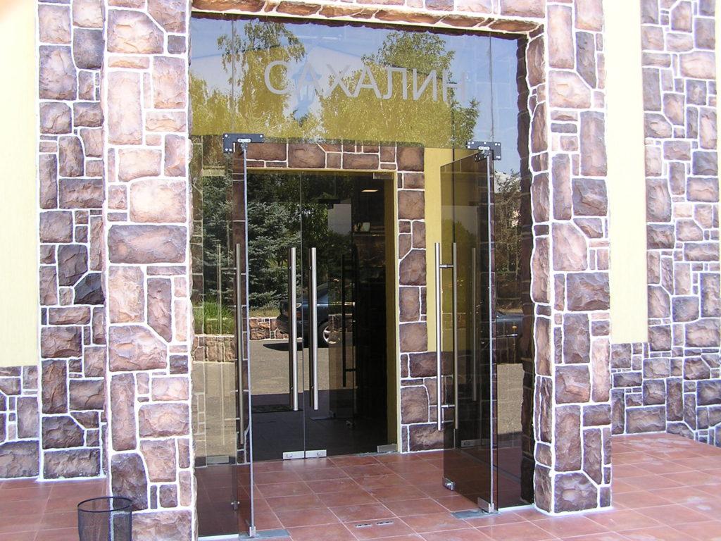 Стеклянные входные двери и группы