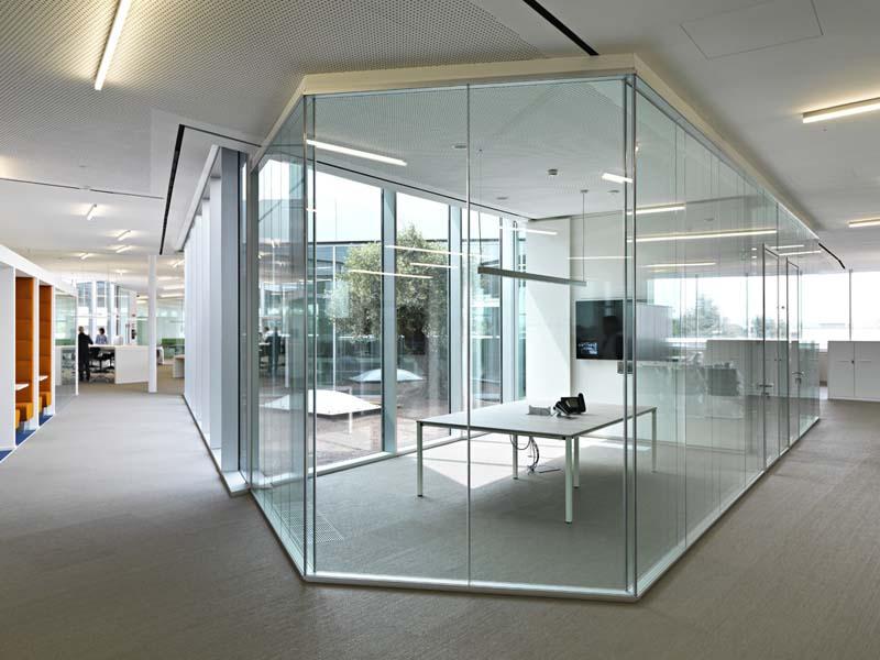 Офисные перегородки из прозрачного стекла