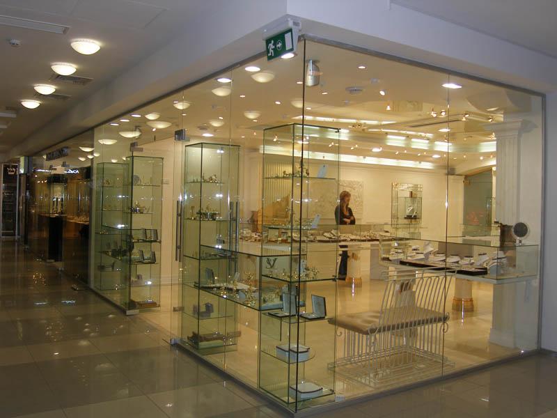 Стеклянная витрина в торговом центре