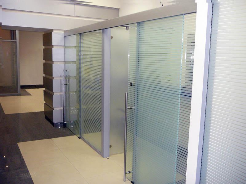 Раздвижные стеклянные перегородки с дверьми