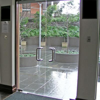 Стеклянные входные двери